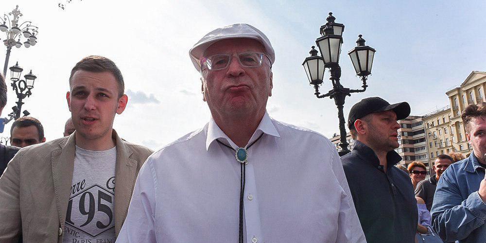 """""""Будешь кровью истекать!"""": Жириновский ударил кулаком в челюсть оскорбившего его активиста"""