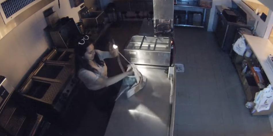 Пьяные девушки влезли ночью в закрытый ресторан, чтобы сварить себе пельмени