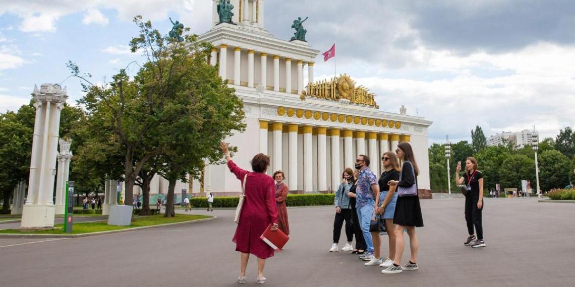 Иностранцам запретят работать экскурсоводами в России