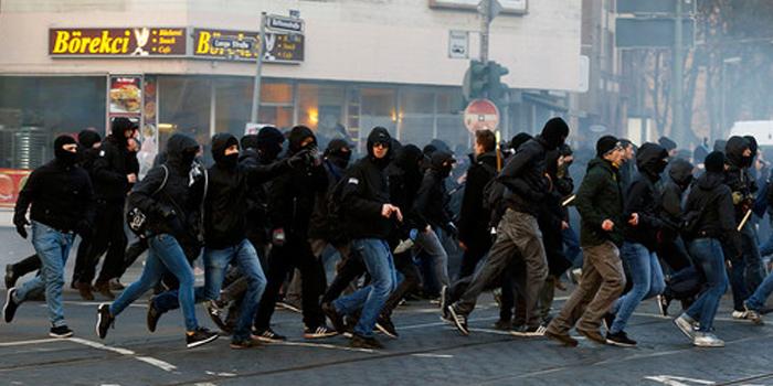 Глава МВД Германии: нельзя сравнивать Майдан и события во Франкфурте