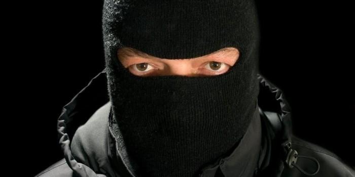 В Петербурге пьяный грабитель рассыпал похищенные деньги и выронил оружие