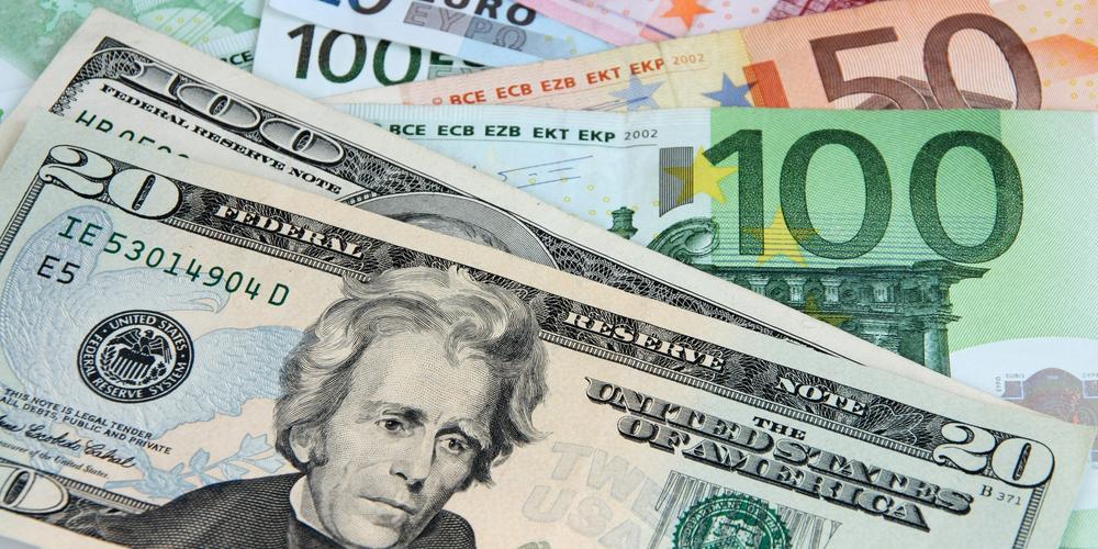 """Bloomberg: крупнейшие центробанки мира начали """"выходить"""" из доллара"""