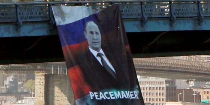 """В Нью-Йорке вывесили портрет Путина с подписью """"миротворец"""""""