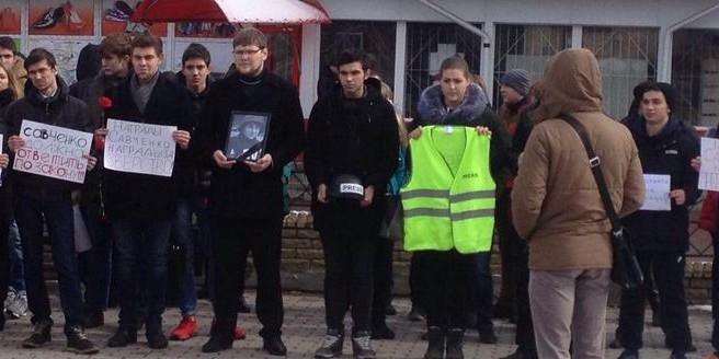 У здания суда в ростовском Донецке проходит пикет против Савченко