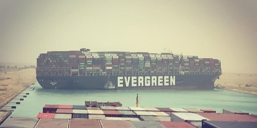 Гигантский контейнеровоз перекрыл Суэцкий канал