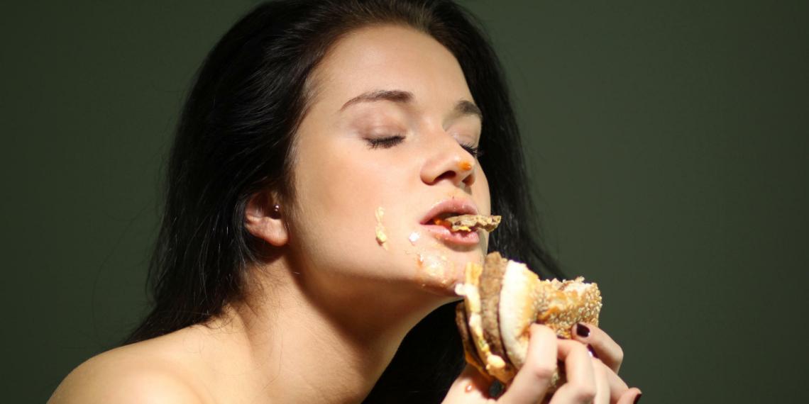"""Россиянка подала в суд на """"Макдоналдс"""". Ее ввела в искушение реклама чизбургера в пост"""