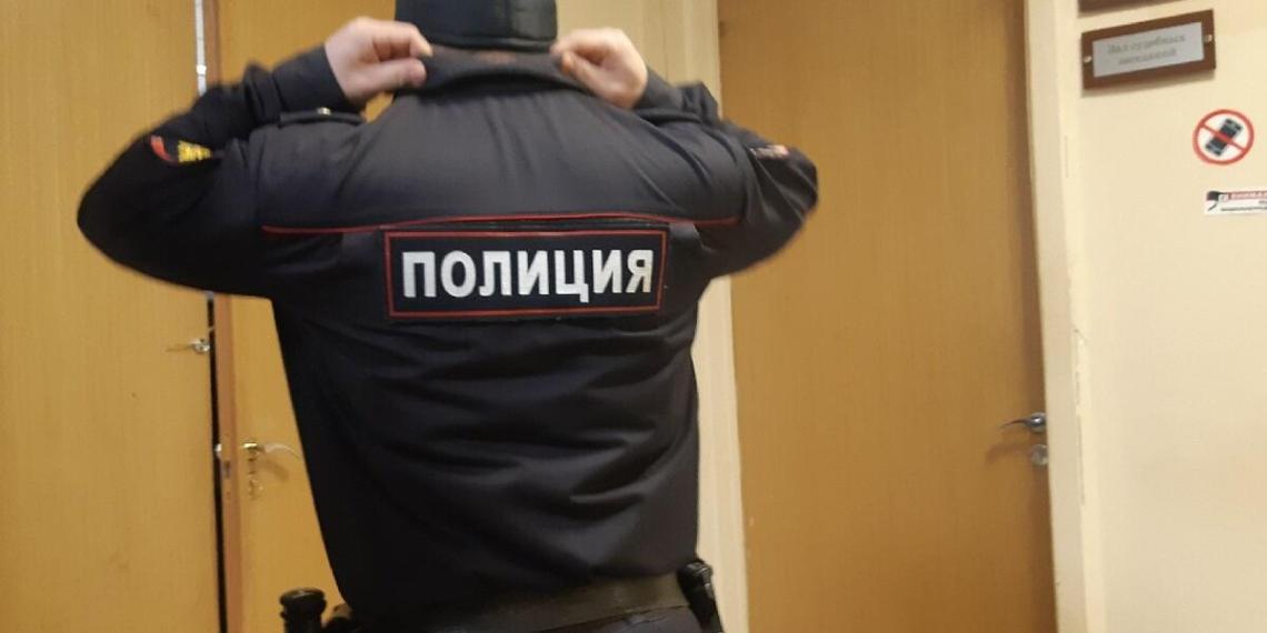 Москвич, зараженный COVID-19, вызвал полицейских и оплевал их