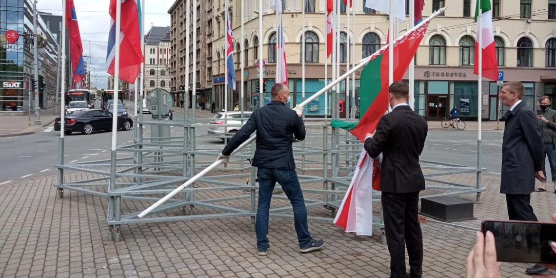 Мэр Риги распорядился снять флаг IIHF после их осуждения замены флага Белоруссии
