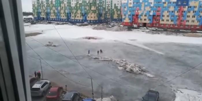 На Ямале МЧС пришлось спасать детей, застрявших на льдине в луже посреди двора