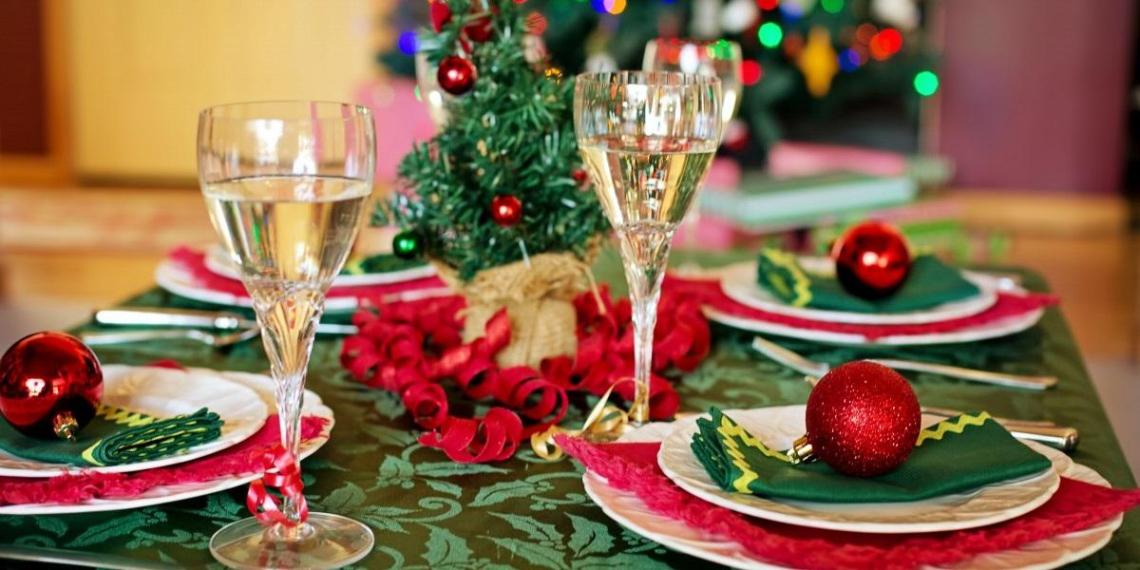 Названа средняя стоимость новогоднего стола для россиян