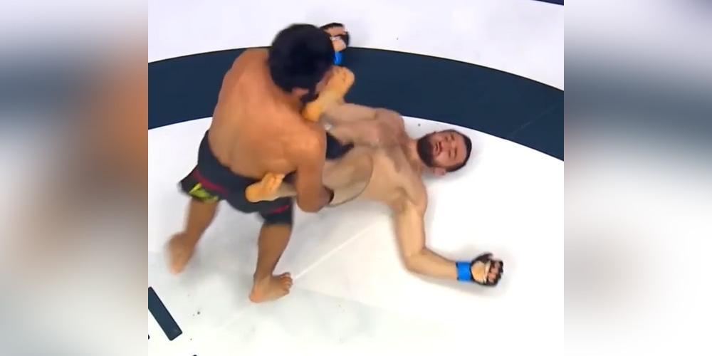 Российский боец MMA лежа на ринге отправил соперника в нокаут