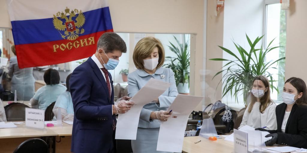 Губернаторы регионов голосуют в первых рядах