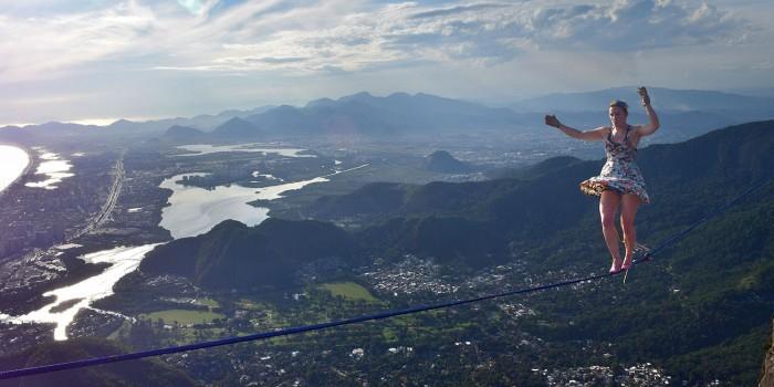 Американка на каблуках прошла по канату на высоте 840 метров