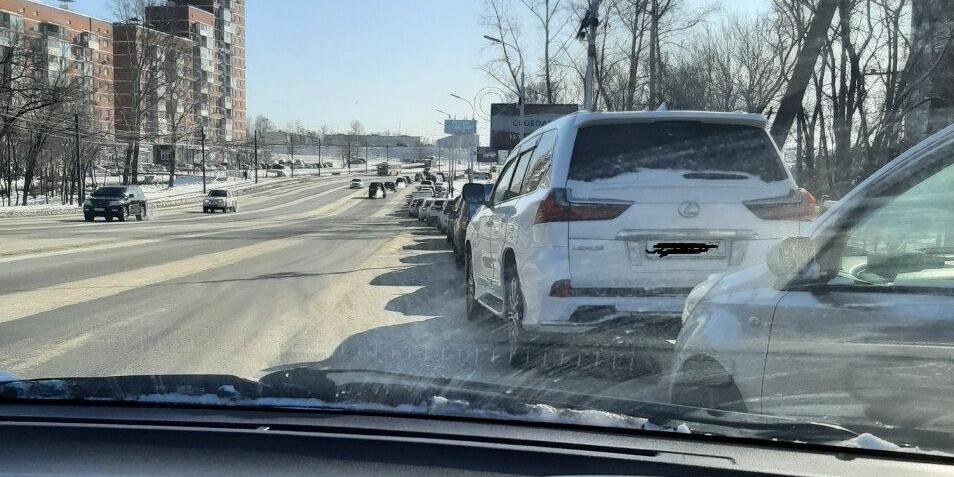 В Хабаровске продают места в очередях на АЗС и бензин по 100 рублей