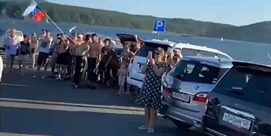 Владивостокские водители устроили флешмоб в сторону Японии