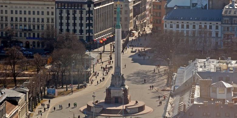 Американские солдаты помочились на памятник Свободы в Латвии