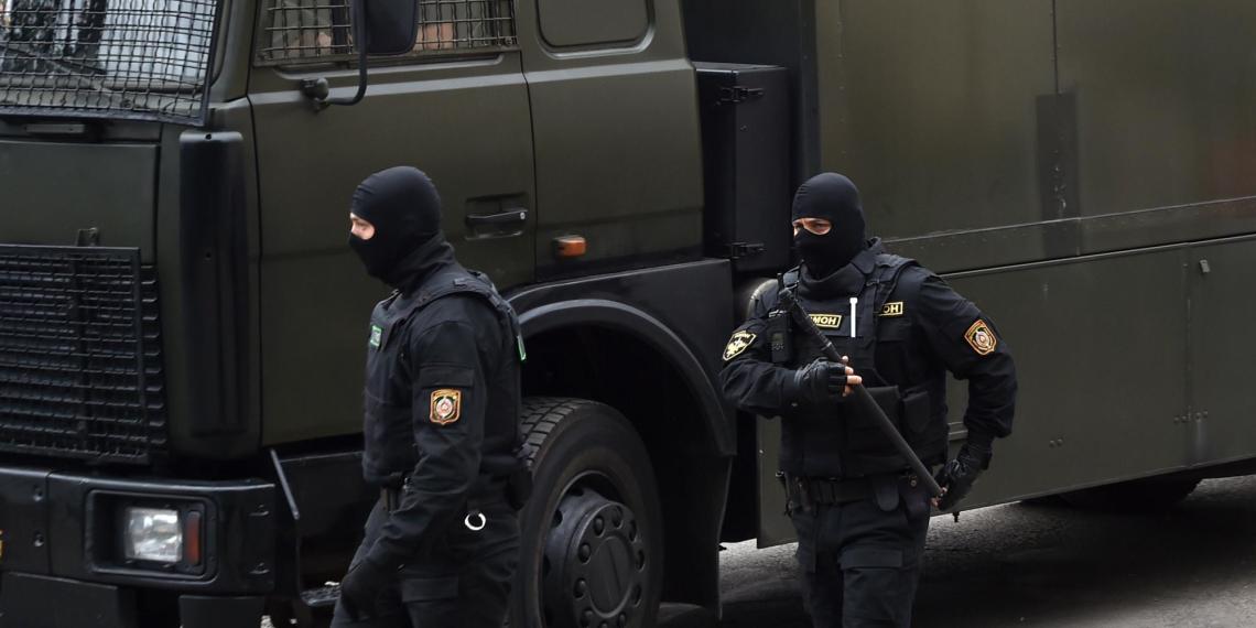 Белорус бросил бокал в милицейский автобус и получил два года за пережитый омоновцами
