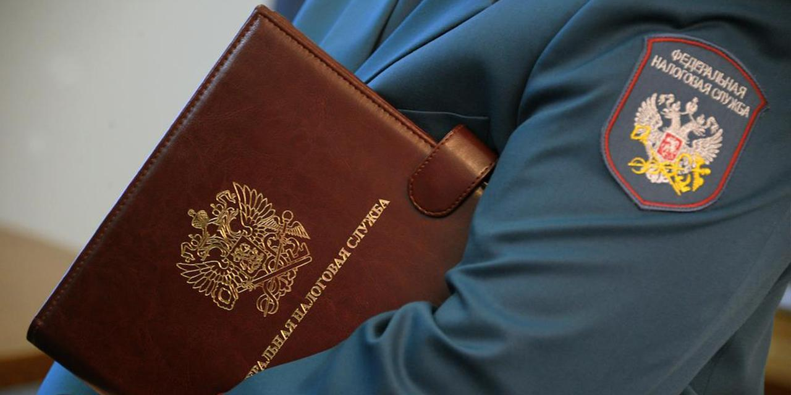 Коллеги сдали сотрудника ФНС, платившего налоги за россиян