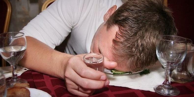 Эксперт оценил перспективы идеи Минздрава ограничить продажу алкоголя пьяным