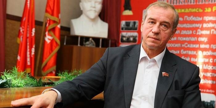 В Иркутске губернатору подарили пакет червей за испорченные новогодние подарки