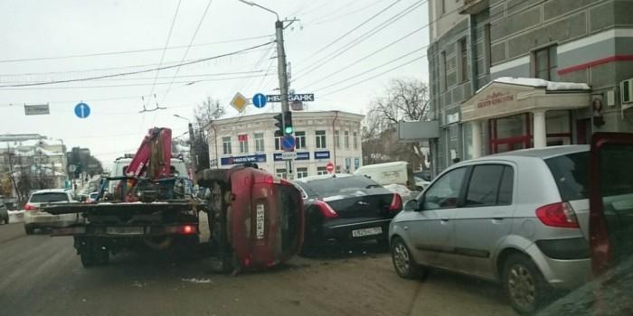 В Кирове эвакуатор уронил «Ладу Калину» на Jaguar