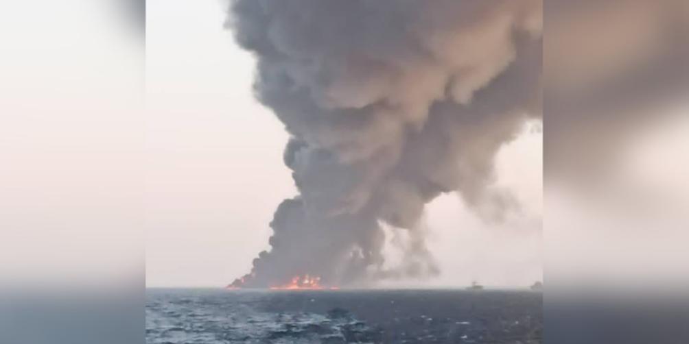Самый большой военный корабль Ирана сгорел и затонул в Оманском заливе