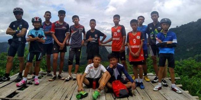 Пропавших 10 дней назад футболистов нашли живыми в затопленной пещере