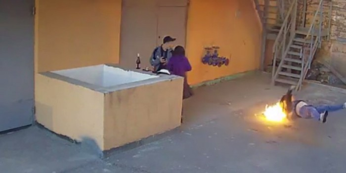 Жуткое видео: самоубийца с горящей головой упал прямо рядом с влюбленной парочкой