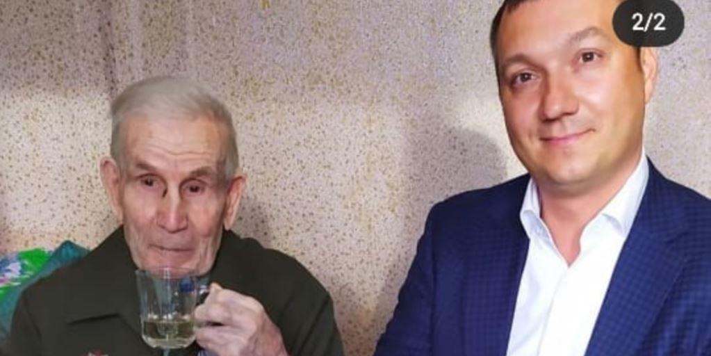 Заммэра Благовещенска поехал поздравлять 90-летнего ветерана спустя три дня после приезда из Таиланда