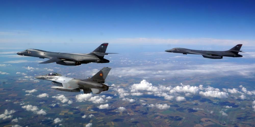 Впервые в истории американские бомбардировщики B-1B пролетели над Киевом