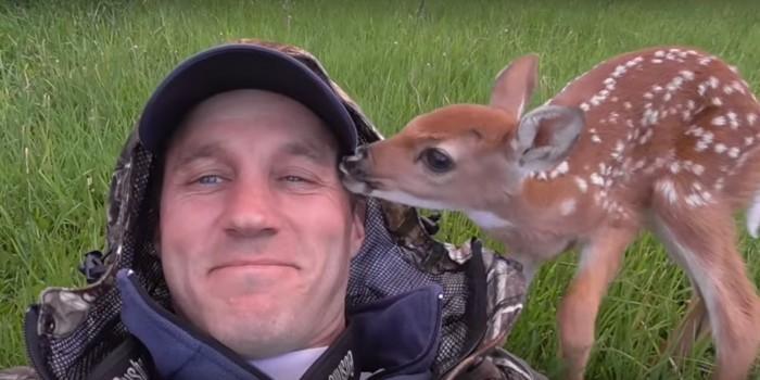 Американец показал трогательное видео о спасении олененка