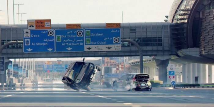 Знаменитый гонщик показал захватывающие автотрюки в Дубае