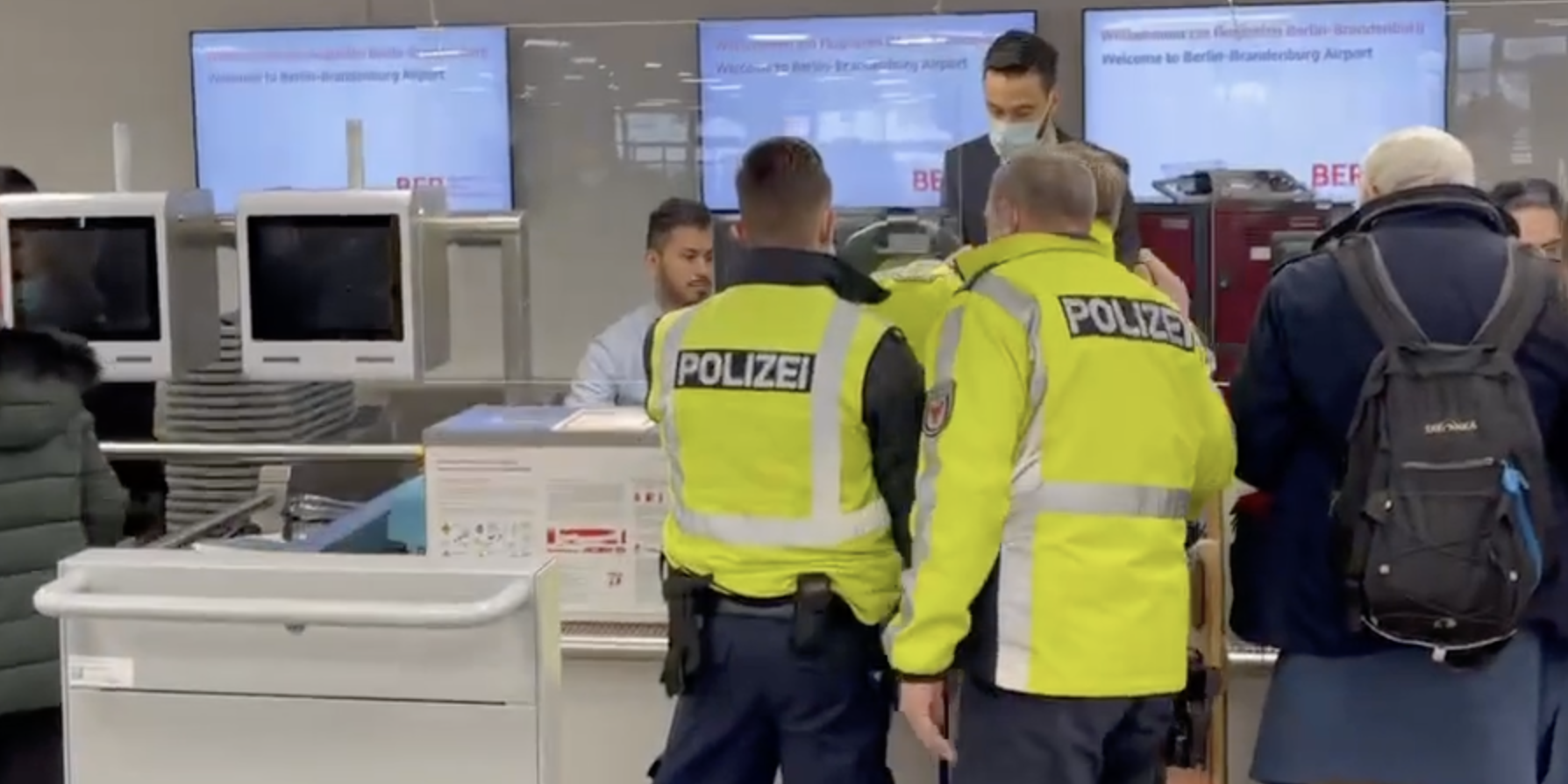 """Спасибо, не надо: немецкая полиция проводила """"берлинского пациента"""" в Москву"""