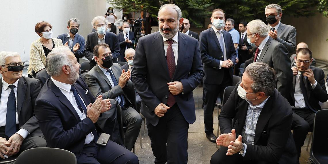 Представители армянской общины Парижа напали на кортеж Пашиняна