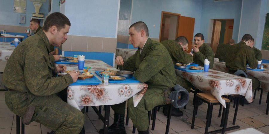 В Пскове задержали военных, продающих солдатскую еду пивному бару