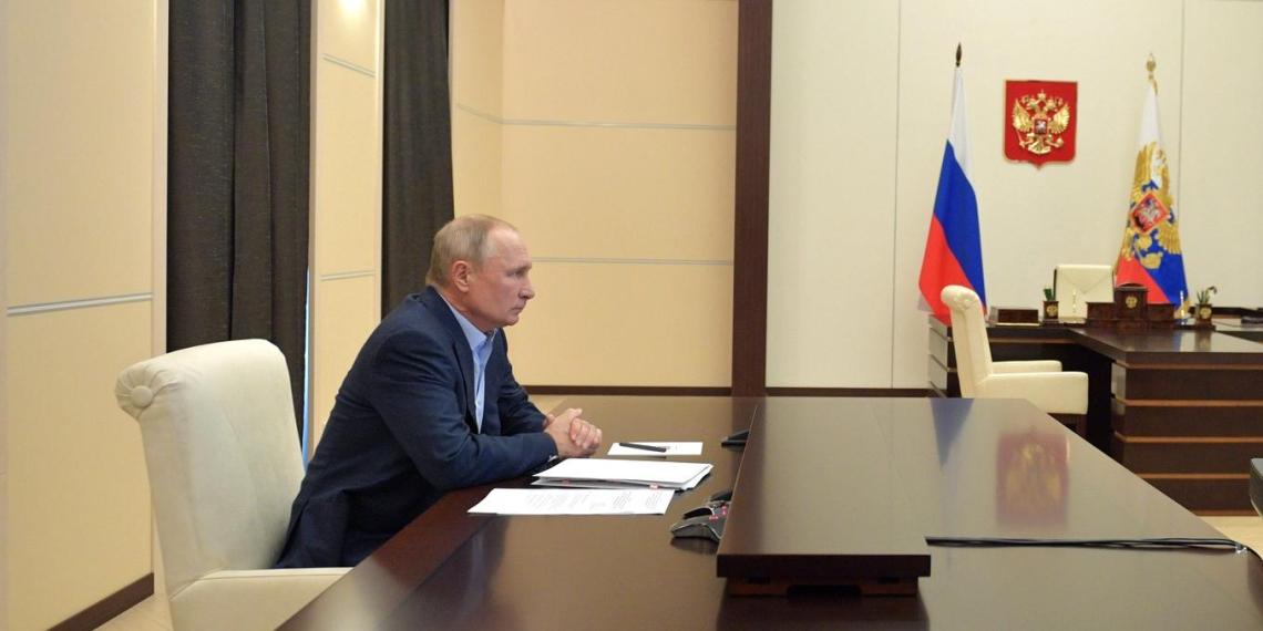 Путин поручил Минтруда поддержать работников соцучреждений