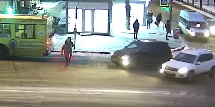 В Ярославле женщина встала и пошла после того, как ее сбил внедорожник
