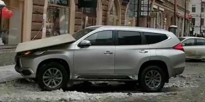 Очевидцы сняли, как питерские коммунальщики скидывают лед с крыш на машины