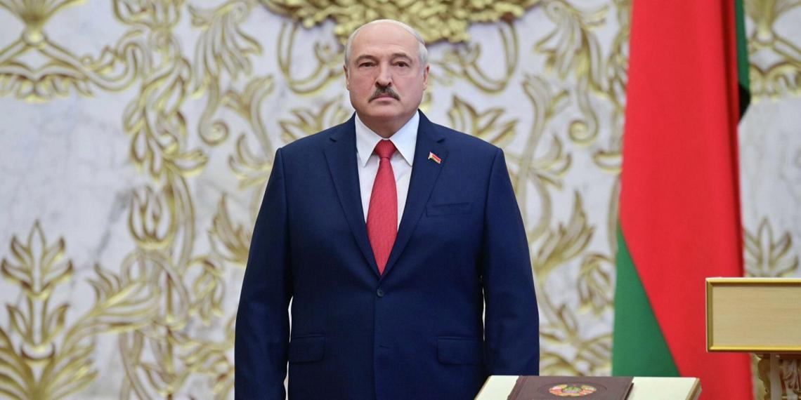 """Лукашенко поручил """"заставить болтающихся тунеядцев работать"""""""