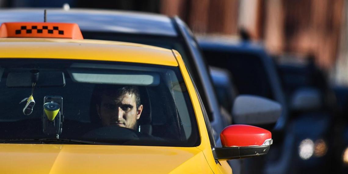 Россия испытывает дефицит курьеров и таксистов