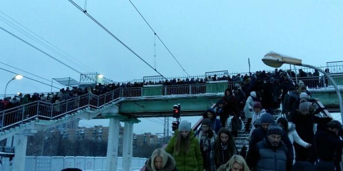 На станции Одинцово произошел пешеходный коллапс из-за наледи на лестнице