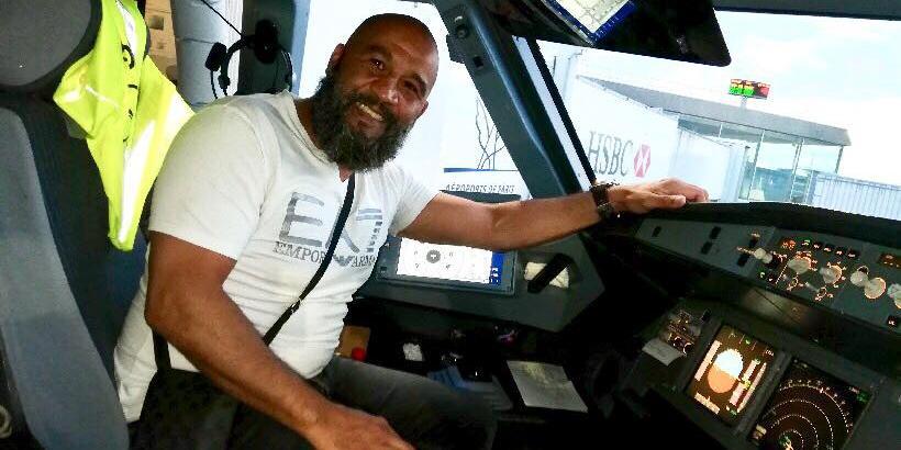 Французский боксер успокоил дебошира на борту самолета
