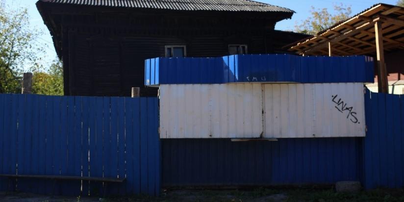 Житель Ярославля украл автобусную остановку и сделал из нее сарай