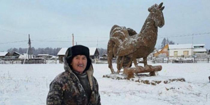 В Якутии умелец слепил из навоза 3,5-метрового петуха