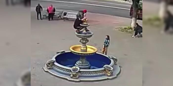 Украинка разрушила фонтан при попытке сделать селфи