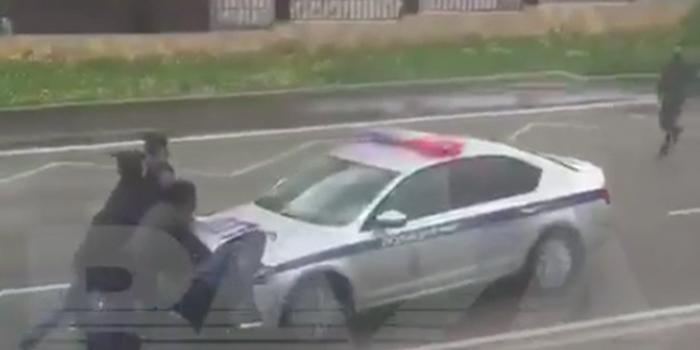 """Прохожие поймали """"сбежавшую"""" машину ДПС, пока инспекторы ходили за цветами"""