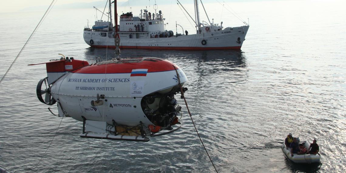 """Спасателям, работающим в районе крушения траулера """"Онега"""", будет помогать подводный робот"""