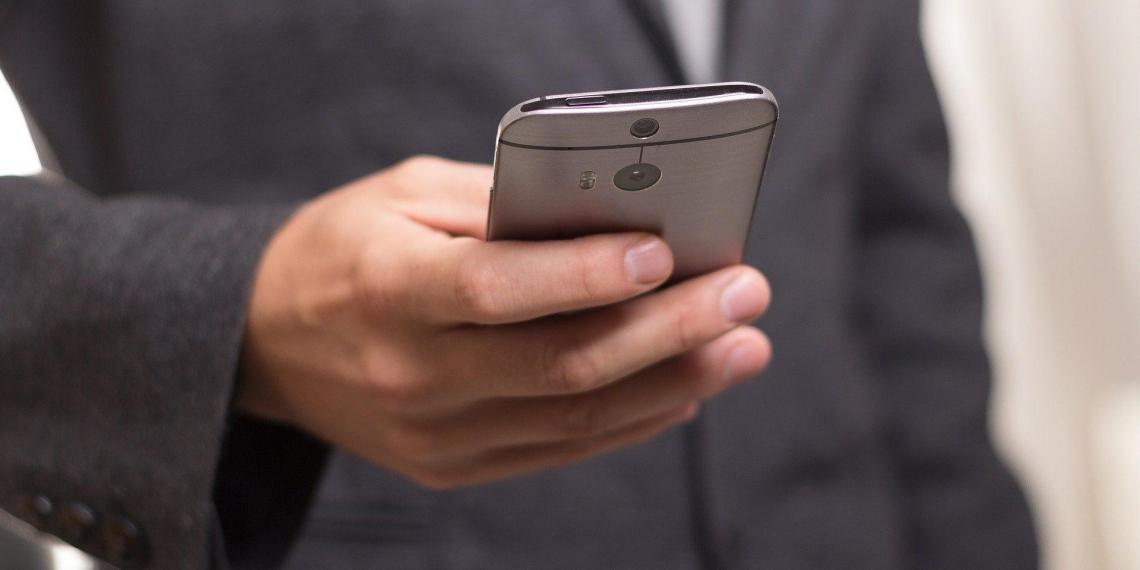 Эксперт назвал признаки слежки за человеком через камеру телефона