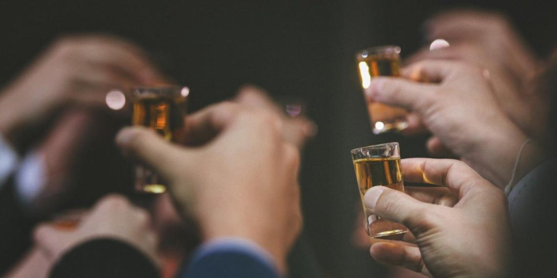 В России хотят поднять штрафы за распитие алкоголя в запрещенных местах