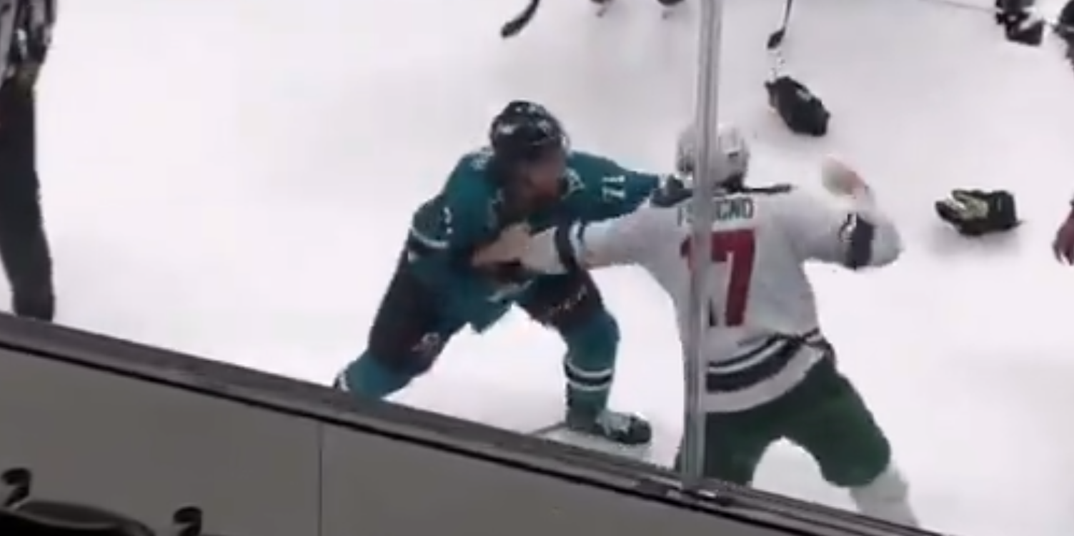 Россиянин Кныжов подрался с американцем в НХЛ